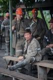 BELOVO,俄罗斯2015年7月17日:工作预期运输的矿工,在送在变动前 免版税库存照片