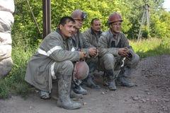 BELOVO,俄罗斯2015年7月17日:工作预期运输的矿工,在送在变动前 免版税库存图片