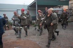 BELOVO,俄罗斯2015年7月17日:工作预期运输的矿工,在送在变动前 库存图片