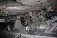 BELOVO,俄罗斯2015年7月17日:矿工在矿进行结构的设施地下 库存照片