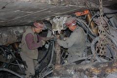 BELOVO,俄罗斯2015年7月17日:矿工在矿进行结构的设施地下 库存图片