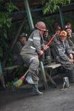 BELOVO,俄罗斯2015年7月17日:矿工在送互相讲滑稽可笑的故事,在变动前 免版税图库摄影