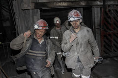 BELOVO,俄罗斯2015年7月17日:矿工被指挥对转移在公共汽车的矿中 图库摄影