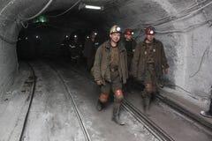 BELOVO,俄罗斯2015年7月17日:矿工被指挥对转移在公共汽车的矿中 库存照片