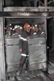 BELOVO,俄罗斯2015年7月17日:矿工派遣地下到工作场所 库存图片