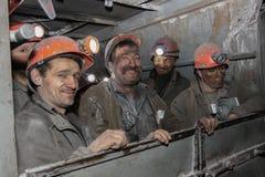 BELOVO, РОССИЯ 17-ОЕ ИЮЛЯ 2015: Горнорабочие направлены к переносу в шахту на шине стоковые фотографии rf