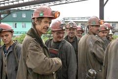 BELOVO, RUSSIA 17 LUGLIO 2015: Minatori che lavorano in attesa del trasporto, prima dell'invio sul cambiamento Fotografia Stock