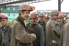 BELOVO, RUSSLAND AM 17. JULI 2015: Bergmänner, die in Erwartung des Transportes, bevor dem Senden auf Änderung arbeiten Stockfotografie