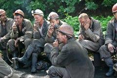 BELOVO, RUSSLAND AM 17. JULI 2015: Bergmänner, die in Erwartung des Transportes, bevor dem Senden auf Änderung arbeiten Stockfoto