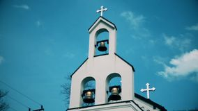 Bels e cruzes no templo ortodoxo vídeos de arquivo