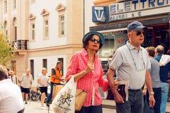 Beluno, Italie 9 août 2018 : Le village de montagne de Cortina di Ampezzo Les gens sur une rue de ville photos stock