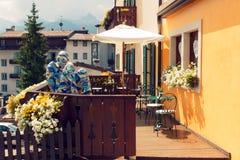 Beluno, sierpień 9, 2018: Górska wioska Cortina Di Ampezzo rzeźba przy kawiarnią zdjęcie stock