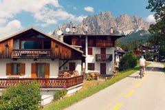 Beluno, sierpień 9, 2018: Górska wioska Cortina Di Ampezzo turystów cykliści obraz stock