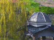 Belvédère antique gentil en parc Photo libre de droits