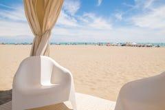 Belvédère avec les chaises blanches sur la plage Photo stock