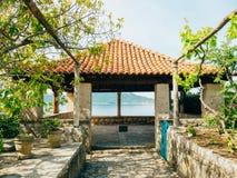 Belvédère avec un toit carrelé, dans l'arborétum Trsteno, la Croatie, whe Photo stock