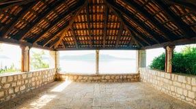 Belvédère avec un toit carrelé, dans l'arborétum Trsteno, la Croatie, whe Photographie stock