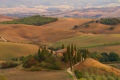 Belvédère de villa dans le paysage toscan de matin l'Italie photographie stock libre de droits