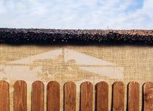 Belvédère en bois extérieur au-dessus de fond de paysage d'été photographie stock