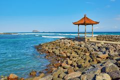 Belvédère traditionnel de Balinese avec la vue d'océan Photographie stock libre de droits