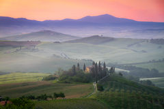 Belvedere en el amanecer, Italia del cortijo de Toscana Fotografía de archivo