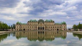 Belvedere Paleis in Wenen bij zonsondergang stock fotografie