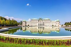 Belvedereslott, södra fasad, sikt från dammet, Wien royaltyfri bild