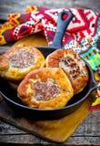 Belyash, pastel redondo de la pasta de levadura con el relleno de la carne imagen de archivo libre de regalías