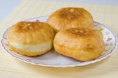 Belyashi russo tradizionale delle torte di carne su un piatto immagine stock
