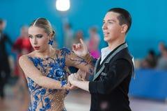 Belyavskiy Vladislav och Belan Dariya Perform Youth Latin-American Program Arkivfoto