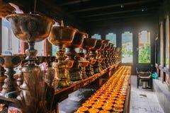 Belysning av att be stearinljus i den Zangdhopelri kloster i Thimphu, Bhutan fotografering för bildbyråer