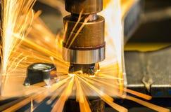 Belysning av den auto fläckmuttermaskinen svetsar muttern till metalldelen arkivfoton