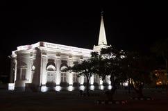 Belysning av Sts George kyrka i nattetid nära lilla Indien a arkivbild