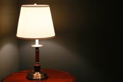 Belysning bredvid sängen Arkivbilder