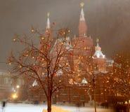 Belysning för jul (ferier för nytt år) och statligt historiskt museum på natten, röd fyrkant i Moskva, Ryssland arkivfoto