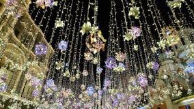 Belysning för nytt år, skina för natt som är streetnear MoskvaKreml på natten, Ryssland Ljusa ljus och bollar som är härliga stock video