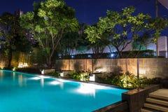 Belysningaffär för lyxig trädgårdsimbassäng Avkopplad li royaltyfri foto