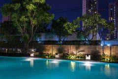 Belysningaffär för lyxig trädgårdsimbassäng Avkopplad livsstil med modern design av professionell fotografering för bildbyråer