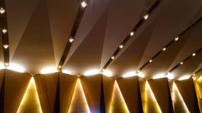 Belysningfasta tillbehör på väggen och taket av en byggnad fotografering för bildbyråer