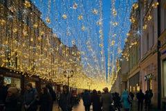 Belysninggarnering för nytt år och julpå gatan Nikolskaya Royaltyfri Fotografi