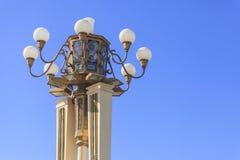 Belysningpol med blå himmel Royaltyfri Bild