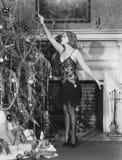 Belysningstearinljus för ung kvinna på julgranen (alla visade personer inte är längre uppehälle, och inget gods finns Leverantörb Royaltyfri Fotografi