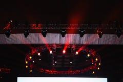 Belysningsutrustning på konsertetapp Arkivbilder