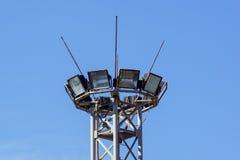 Belysningtorn med lampor på stadion armaturer En kolonn mot bakgrunden av den blåa himlen royaltyfri foto