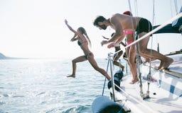 Belzebuby ma zabawę na żagla skoku i łodzi w wodzie obraz royalty free