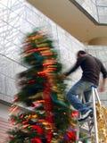 Bemühen Sie bei der Verzierung des Weihnachtsbaums lizenzfreie stockbilder