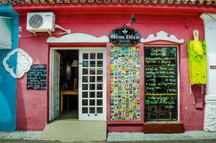 Bem Dito Bistro är en färgrik restaurang i Ilhabela, Brasilien Royaltyfri Bild