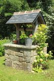 Bem em um jardim Imagem de Stock Royalty Free