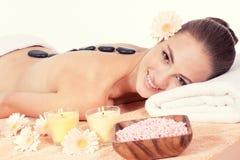Bem-estar de pedra quente da massagem da mulher caucasiano Foto de Stock Royalty Free