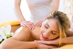 Bem-estar - mulher que obtém a massagem do corpo nos termas Fotografia de Stock